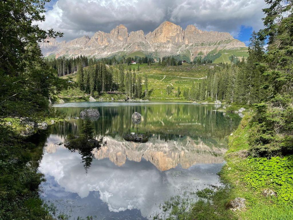 Val di Fassa con neonati: il riflesso delle montagne nel Lago di Carezza.